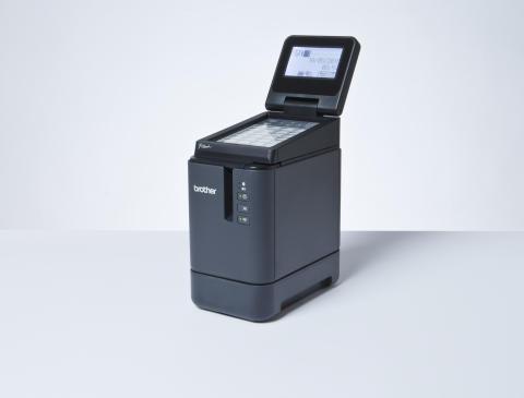 Brother PT-P950NW on laadukas tietokoneen tarratulostin, johon on mahdollista hankkia lisävarusteena LCD-näyttö kosketuspainikkein sekä Bluetooth-yhteys, joka mahdollistaa laitteen käytön täysin langattomasti mobiililaitteilta.