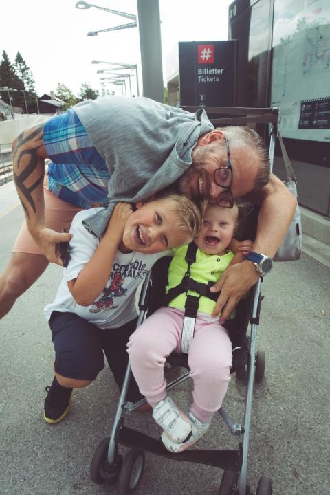 Aleksander Helmersberg med barna Milla og Sander