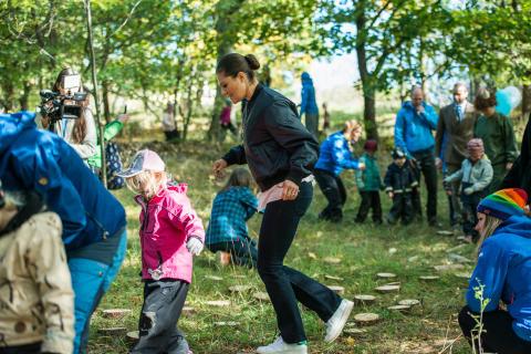 Skogsmulle letar vårtecken med Kronprinsessan Victoria