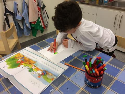 Normkreativa sagor när förskolebarn ställer ut verk på Storvretas bibliotek