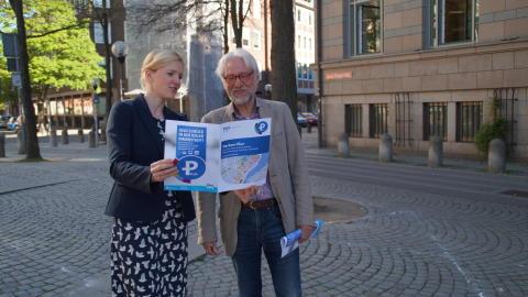 Janine Streu und Uwe König mit dem Parken Plus Folder