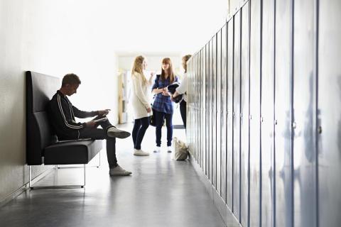 En trivsam skolmiljö förbättrar förutsättningarna för eleverna att öka sina studieresultat.