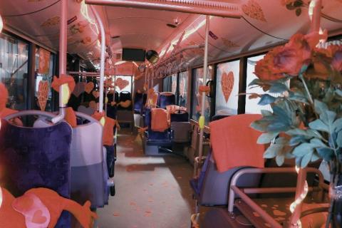En buss laddad med kärlek och hjärtan