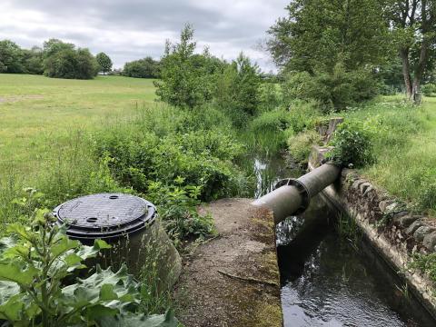 Boserupsbäcken i Bjuv där täta lock satts på dagvattenbrunnar för att minska risken för översvämning av dagvattensystemet vid skyfall.