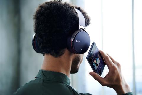 Entspanntes Hörvergnügen: Dank der neuen Bluetooth®1 Kopfhörer von Sony gehören Kabel der Vergangenheit an