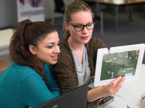 Mangel an weiblichem wissenschaftlichen Nachwuchs: Leipziger Wissenschaftler_innen untersuchen bundesweit Situation von Doktorandinnen im IT-Bereich