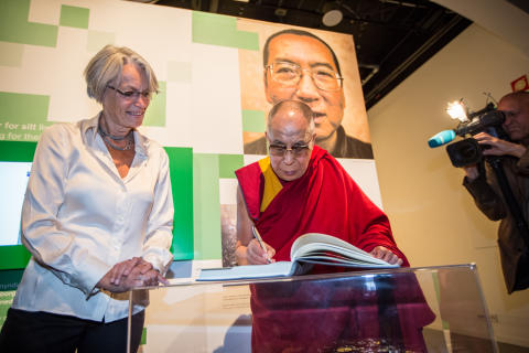 HH Dalai Lama signerte gjestebok under bildet av Liu Xiaobo