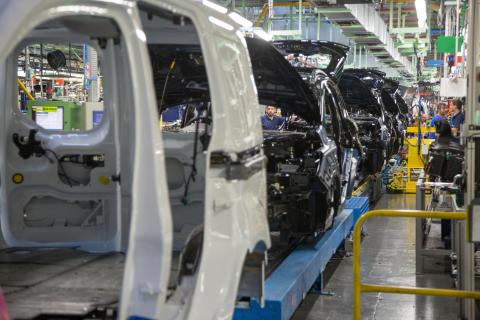 Miért szabotálják különlegesen képzett 'Gonosz Manók' egy mega-autógyár működését?