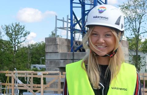 Amanda Warnicke är projektingejör i region Mitt och bär såklart klistermärket med regnbågsfärgerna stolt på hjälmen.