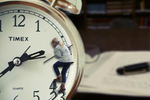 I natt stilles klokken! Hvilken vei?