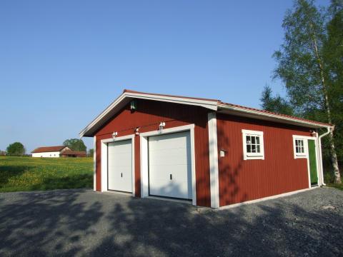 Rött dubbelgarage från Lövångers Bygg