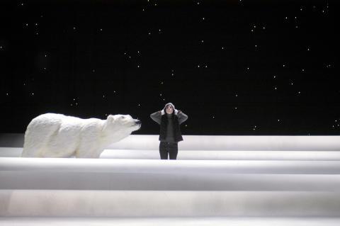 En isbjörn på auktion under Ö-festen