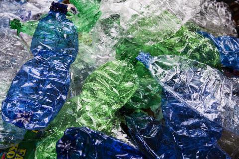 Farvede plastikflasker