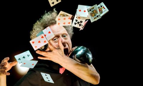 Illusionistens assistent – en magisk skol- och familjeföreställning på turné och Nya China