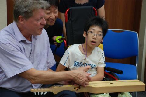 Sten spelar tillsammans med en japansk pojke