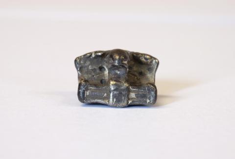 Nærbillede af stol-amulet fra Lolland