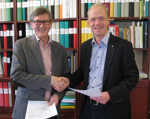 KSLA:s Carl-Anders Helander och Hushållningssällskapens Jesper Broberg tar i hand på hyresavtal