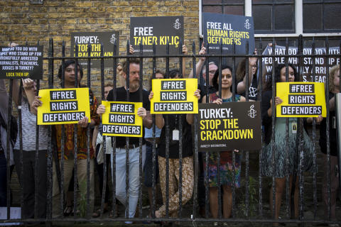 Över en miljon människor kräver att Amnesty Turkiets ordförande släpps