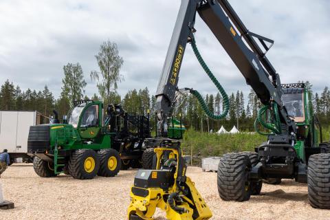 Utställaren John Deere ställer i ordning sin monter inför Skogsnolia 2019.