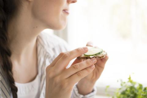 Tyttö ja leipä pienikokoinen