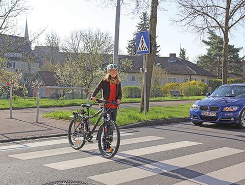 Radfahrer auf dem Zebrastreifen