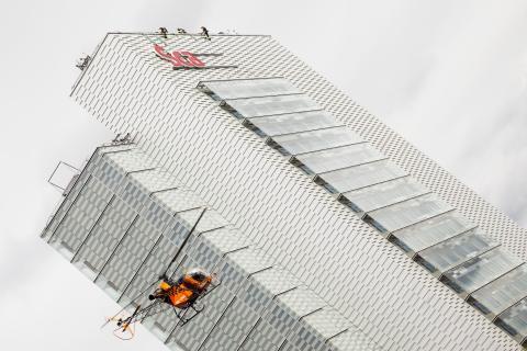 Skyltmontage med hjälp av helikopter