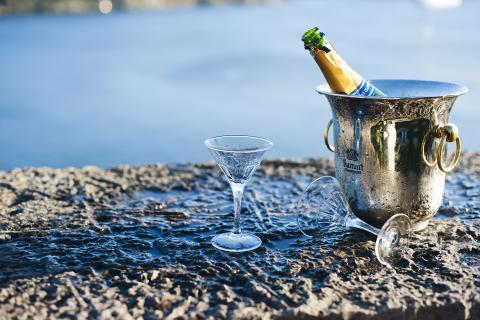 Champagne med strålande havsutsikt