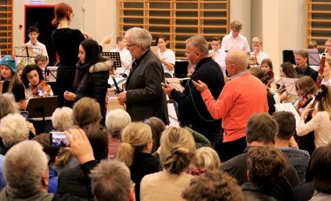 Koncerten blev afsluttet af Champagnegaloppen - borgmester Leon Sebbelin var en af de voksne der fik instruktion i at fyre proppen af på det helt rigtige tidspunkt.