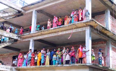 Människor som evakuerats från översvämningar i Bangladesh