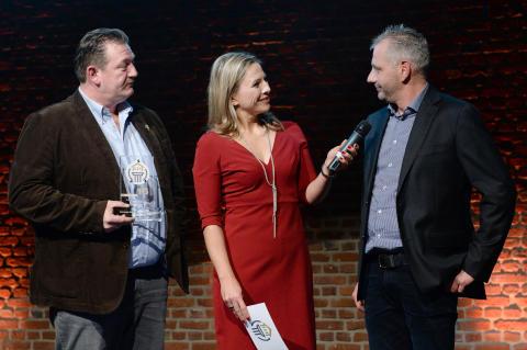 Sanierungspreis 16 Flachdach: Geschäftsführer Marcus Krämer, Moderatorin Andrea Grießmann, Mitarbeiter Markus Sauer