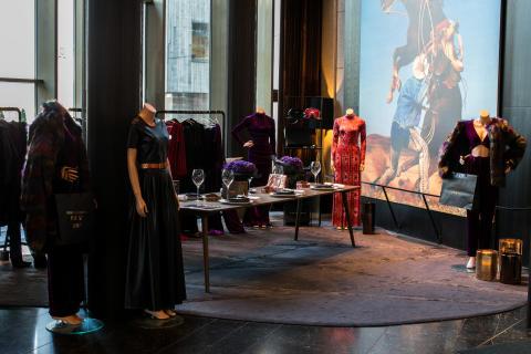 Et godt utvalg av kjoler i lobby til THE THIEF