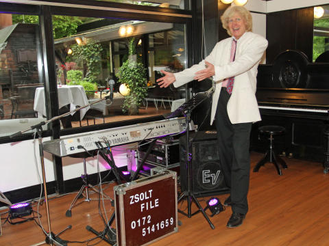 Zsolt File spielt seit über 30 Jahren Unterhaltungsmusik auf hohem Niveau