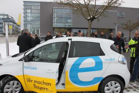 Die anwesenden Bürgermeister aus dem Weidener Raum hatten unter anderem die Möglichkeit, ein E-Auto Probe zu fahren.