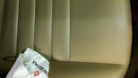 Behandling av skinnseter i bil