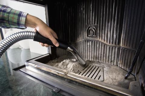 Rengjøring av peis med Kärcher askesuger