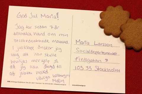 Barn- och äldreminister Maria Larsson får julkort av anhörigvårdare