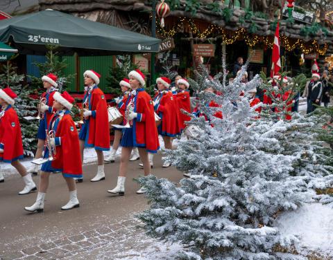 Vedbæk Garden for fuld musik i Bakkens udsmykkede vinterlandskab til åbningen af Jul på Bakken