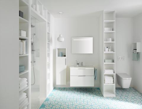 Spiegelschrank und Waschtisch mit effektvollen Lichtspielen von oben, von unten und nach innen