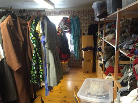 En etasje full av autentiske og tidstypiske klær