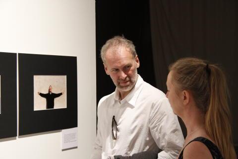 Rysslands främste filmfotograf Mikhail Krichman besökte utställningen när den öppnade under Bergmanveckan i Kustateljén