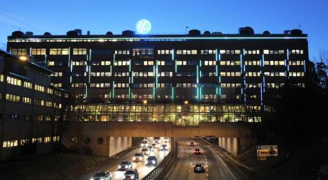 Klätterteknik monterar spektakulärt ljuskoncept på If-huset i Solna