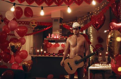 Se Alla hjärtans dag-filmen som Facebook förbjöd!