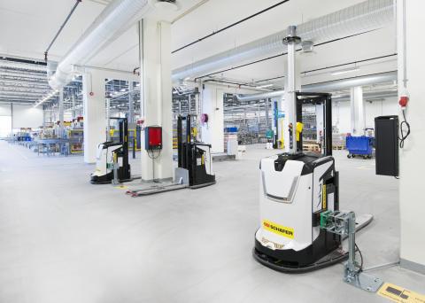 6 fuldautomatiske trucks (AVG'er) forbinder produktionen med lageret - Vectura AS