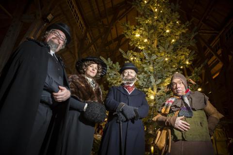Herrskapet Dickson och slottets väsen Lubberkin minglar med julmarknadsbesökarna