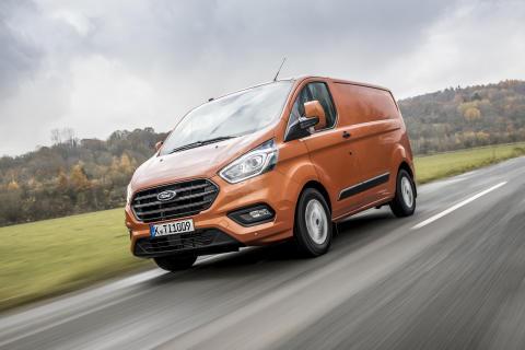 Ford Transit Custom legt bei Design, Wirtschaftlichkeit und Technologie neue Messlatte für Eintonnen-Transporter