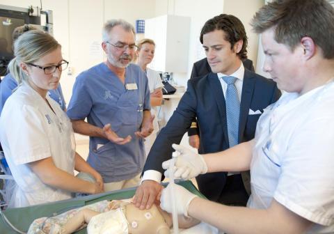 Prins Carl Philip deltog vid träning av återupplivning på neonatalavdelning