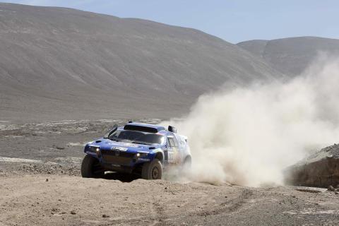 Carlos Sainz och Lucas Cruz, Volkswagen, har gått upp i totalledning i Dakar-rallyt.
