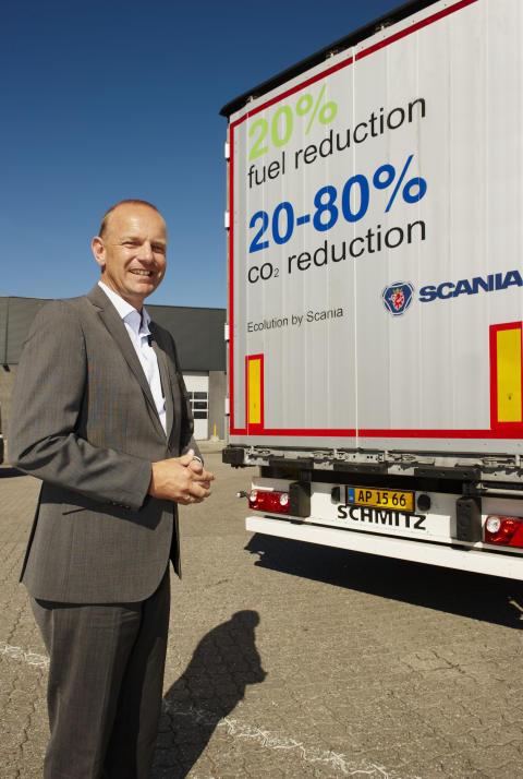 Adm. direktør Janko van der Baan foran en af Scanias testbiler