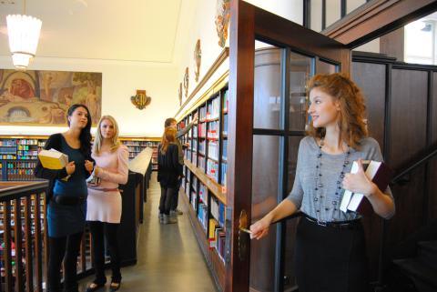 Studenten in der Deutschen Nationalbibliothek Leipzig