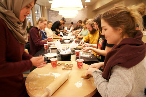Inviterer til eksamenslesepause med pepperkakebaking